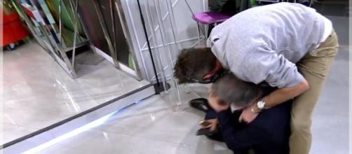 Kiko Hernández, en el suelo tras forcejear con David Valldeperas. / TELECINCO