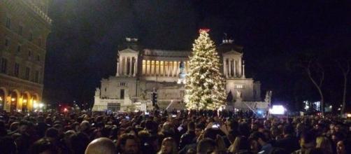 Spelacchio III si illumina in Piazza Venezia, grande folla ad accoglierlo - foto di fanpage.it