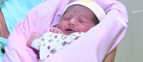 Bebê nasce durante voo e 'força' pouso de emergência em Porto Alegre. (Reprodução/TV Globo)