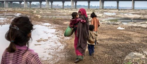 Casi la mitad de los pobres del mundo son niños y niñas. - kaosenlared.net