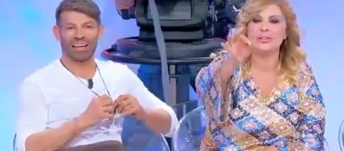 Uomini e Donne, una del pubblico pro Gemma, Tina le va contro: 'È denunciata oggi'