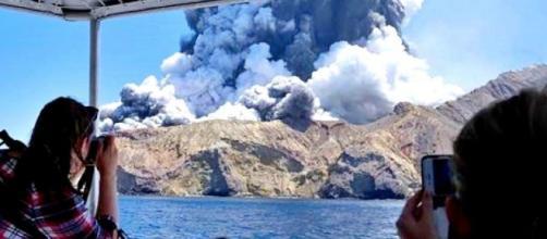 Nuova Zelanda, il risveglio del vulcano Whakaari: morti e dispersi