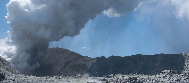 Vulcão da Nova Zelândia entra em erupção