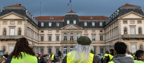 """Gilets Jaunes : les médias sont """"naïfs"""" pour Emmanuel Macron"""