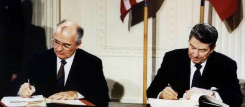 Firma del trattato sulle armi nucleari (1987).