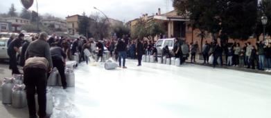 Proteste latte in Sardegna, Fusaro su Twitter: 'I sardi devono bere latte rumeno' ma Butac smentisce