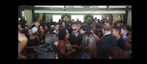 Corpo de Arthur Vinícius é enterrado sob forte emoção - Foto: TV Rio Sul/Giovani Rossini