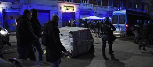Torino, scontri centri sociali: bus assaltato e 12 fermati, Salvini: 'Pacchia finita'