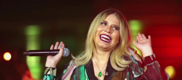 Marília Mendonça surpreende com vestido decotado - Foto/Reprodução/Youtube