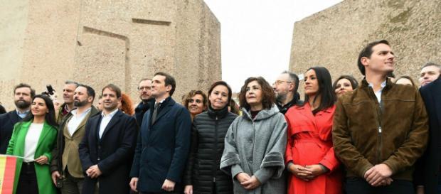 Una gran multitud exige a Sánchez en la Plaza de Colón elecciones ya