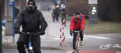 Codice della strada, la proposta del governo: bici contromano, stop fumo in auto e regole per skate