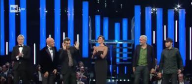 Gaffe di Bisio a Sanremo, non ricorda il nome di Rancore durante la premiazione (VIDEO)