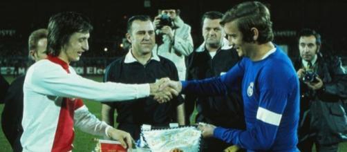 Ajax-Real Madrid, semifinale della Coppa dei Campioni 1972/73: stretta di mano tra i capitani Cruyff e Zoco