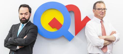 Los presentadores de Q12 Trivia son Toni Cano y Juanjo de la Iglesia