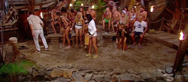 Isola dei Famosi, lite furiosa tra Yuri e Marina, lei sbotta: 'Che fai mi picchi?'