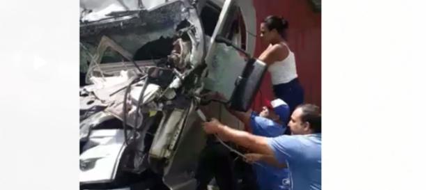 Vendedora tentou abrir a porta do caminhão (Reprodução).