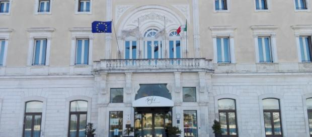 Brindisi, colpo all'Hotel Internazionale, rapinatori imbavagliano il portiere di notte: bottino da 11 mila euro