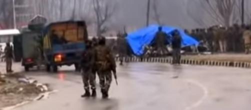Militares no local onde atentado deixou policiais mortos na região da Caxemira indiana (Reprodução/YouTube/NDTV)