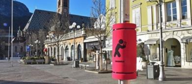 Bolzano, arrivano i 'paratesta' per chi cammina guardando il cellulare