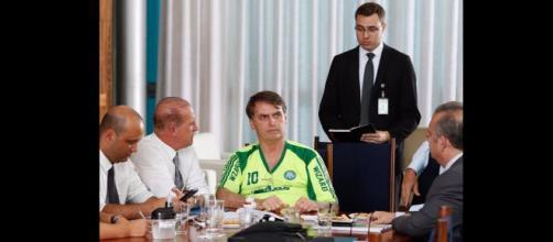 Bolsonaro veste camisa falsificada do Palmeiras em reunião - (Reprodução/Redes Sociais)