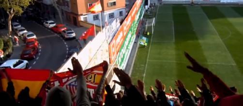 Miembros del Frente Atlético realizando el saludo nazi en el Estadio de Vallecas en 2012.