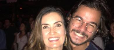 Vestidos de super heróis, Fátima Bernardes e Túlio Gadêlha se beijam em baile de Carnaval