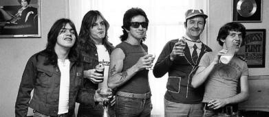 Il 17 febbraio 1975 gli AC/DC pubblicavano il loro primo album 'High Voltage'