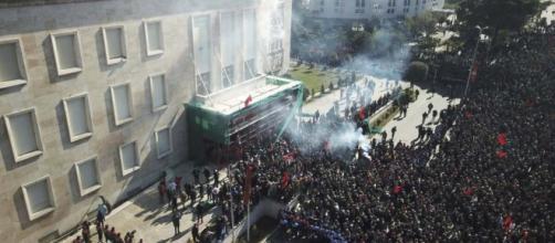 Albania, manifestanti a Tirana contro il governo del socialista Edi Rama.