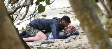 L'Isola dei Famosi, Soleil e Jeremias: scoppia la passione in spiaggia