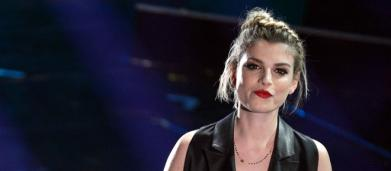 Emma ferma il live: 'Temevo stesse male qualcuno' ma assiste a una proposta di matrimonio