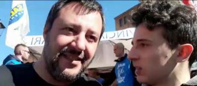 Ragazzo si finge fan di Salvini, poi si fa beffa di lui: 'Più accoglienza più 49 milioni'