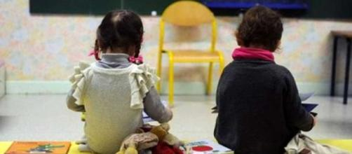 Bambini di pochi anni in un asilo
