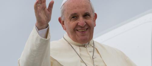 Papa Francesco si scatta un selfie con la spilletta 'apriamo i porti' ... - itacanotizie.it