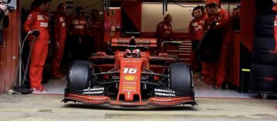 Charles Leclerc sfreccia al Montmelò: suo il miglior tempo, le Mercedes non spingono