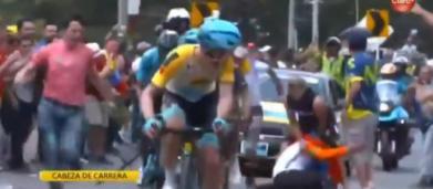 Ciclismo, incidente con un tifoso per Nairo Quintana al Tour Colombia