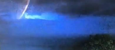 UFO, polizia australiana filma misterioso oggetto luminoso durante un temporale