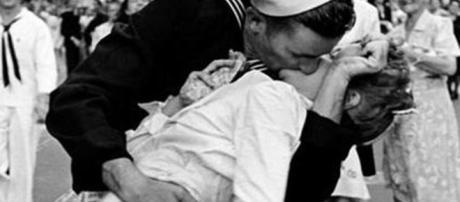 Addio a George Mendonsa, è morto a 95 anni il marinaio del celebre ... - primopiano24.it