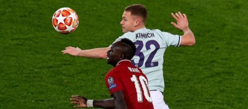 Contrasto tra Kimmich e Mané nel match di Champions League tra Liverpool e Bayern