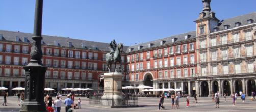 Aspecto de la Plaza Mayor de Madrid con la estatua de Felipe IV