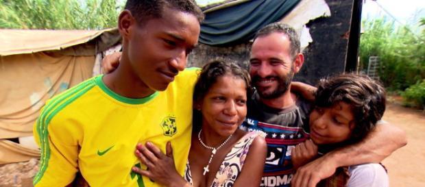 Ivanildo posa para foto ao lado dos pais e da irmã. (Foto/Reprodução/TV Globo)
