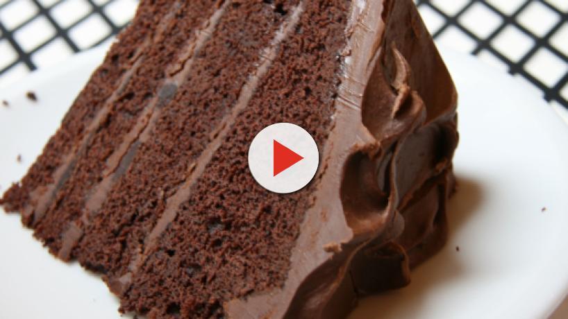 Ricetta devil's food cake: una torta al cioccolato, farcita con una crema soffice