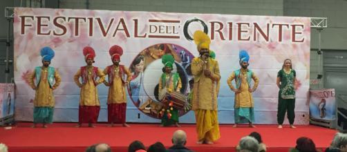Danzatori di Bhangra della regione del Punjab.