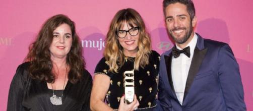 Galera, con Elena Gris, de Hyundai, y Roberto Leal en un acto público