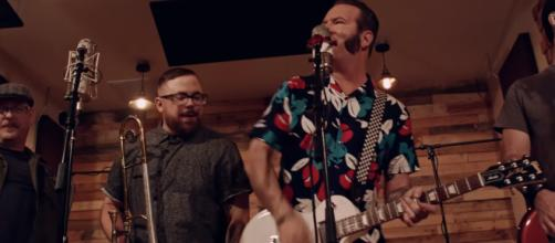 Reel Big Fish band leader Aaron Barrett brings new, upbeat tunes. [Image source: ReelBigFishVIDEOS/YouTube]