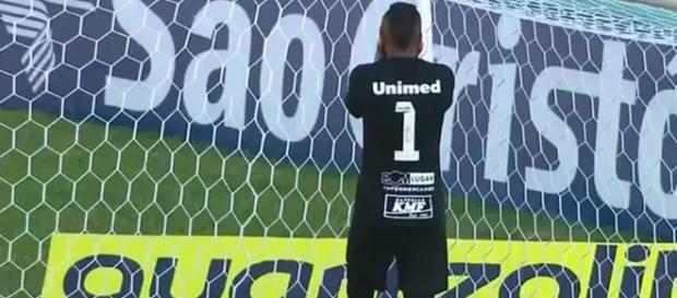 Goleiro do São Bento não se conforma com a falha (Crédito: reprodução SporTV).