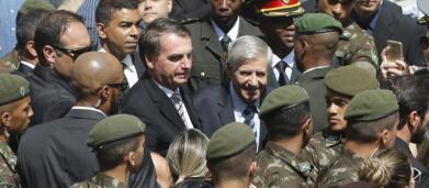 Bolsonaro diz em rede social que o filho Carlos será 'sempre bem-vindo a Brasília'