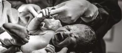 Bebê segura firme dedo de médica ainda na barriga da mãe