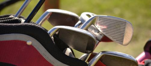 A variety of golf clubs similar to those used in the Ryder Cup. [Image via alejandrocuadro - Pixabay]