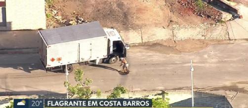 Criminoso salta do caminhão em movimento - Foto: Reprodução / TV Globo