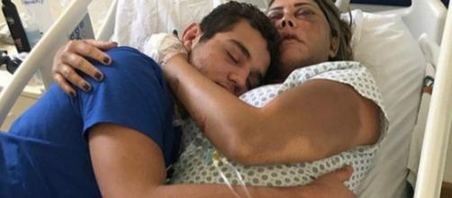 Royron Gracie abraça sua mãe no hospital. (Reprodução/Instagram)